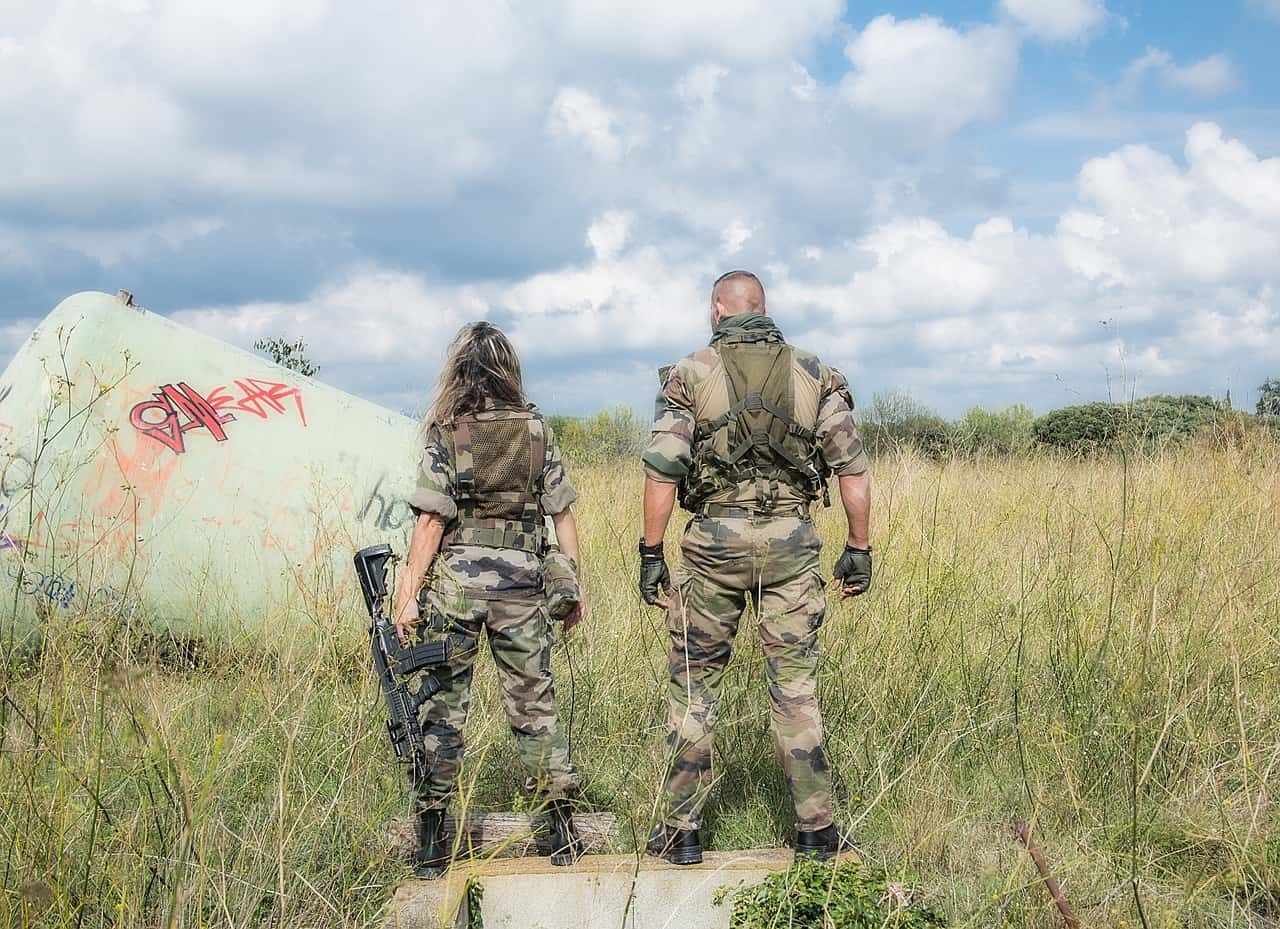 חיילים בשדה