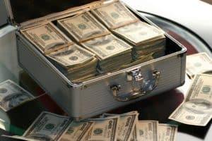 דולרים במזוודה